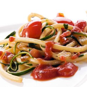 spaghetti al pomodoro fresco e zucchine
